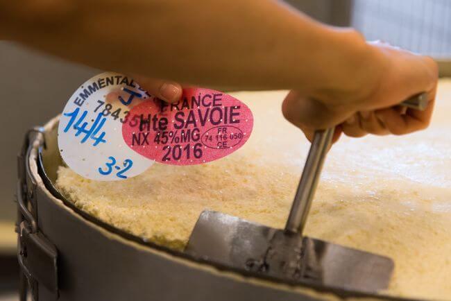 Traçabilité des meules d'Emmental de Savoie grâce à la pose des plaques de caséine